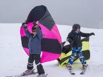 Zams Österrike - 22 Februar 2015: Barn skidar in skola semesterorten skidar Pojkar som lär att skida och öva de korrekta flyttnin royaltyfri foto
