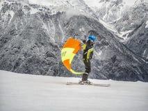 Zams, Oostenrijk - 22 Februar 2015: Kinderen in skischool Het van brandstof voorzien van de benzinepomp Een jongen op skis gaat v royalty-vrije stock afbeeldingen