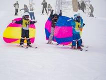 Zams, Oostenrijk - 22 Februar 2015: Kinderen in skischool Het van brandstof voorzien van de benzinepomp Kind die in de winter ler royalty-vrije stock fotografie
