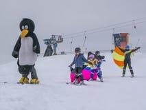 Zams, Oostenrijk - 22 Februar 2015: Kinderen in skischool Het van brandstof voorzien van de benzinepomp Skiinstructeur met team v royalty-vrije stock afbeelding
