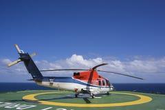 Zamykał parowozowego helikopter na wieży wiertniczej lądowisku obraz stock