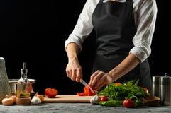 Zamyka chef& x27; s ręki, przygotowywa Włoskiego pomidorowego kumberland dla makaronu Pizza Pojęcie Włoski kulinarny przepis obrazy stock