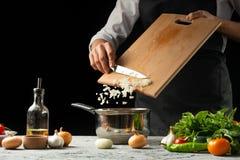 Zamyka chef& x27; s ręki, przygotowywa Włoskiego pomidorowego kumberland dla makaronu Pizza Pojęcie Włoski kulinarny przepis fotografia royalty free