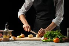 Zamyka chef& x27; s ręki, przygotowywa Włoskiego pomidorowego kumberland dla makaronu Pizza Pojęcie Włoski kulinarny przepis zdjęcia royalty free
