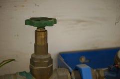 Zamyka faucet - ręki na kole Zdjęcia Stock