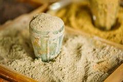Zamyka Kraciastego Nutmeg Fragrant Przyprawowego Condiment W szkle W Tra obrazy royalty free