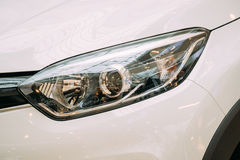 Zamyka Lewego reflektor Nowy Biały koloru Renault Kaptur samochód, Zdjęcie Royalty Free