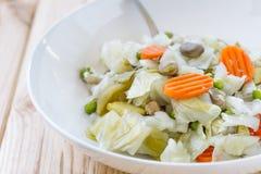 Zamyka naczynie z Gotuję up mieszał warzywa na drewnianym stole Dieta i zdrowy karmowy pojęcie Zdjęcie Stock