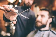 Zamyka nożyce ten up trzyma hairstylist Nożyce otwierają Klient przygotowywa dla procedury zdjęcia stock