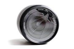 Zamyka up łamany kamera obiektyw na bielu, zdjęcia royalty free