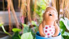 zamyka up ślicznej śmiesznej dziewczyny lal gliniana dekoracja w tropica Zdjęcie Stock