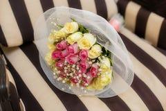 Zamyka up ślubny bukiet na beżowym tle Zdjęcia Royalty Free