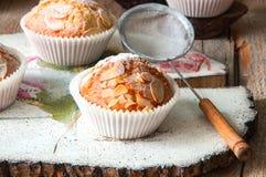 Zamyka up świeżo piec migdałowi i morelowi muffins kropiący w fotografia stock