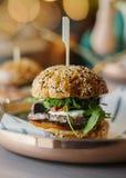 Zamyka up świeży hamburger z innym hamburgerem na tle zdjęcie stock