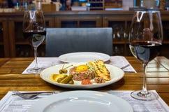 Zamyka up świeży wołowina winnik z jajecznym yolk z musztardą marmoladową, sardelami i kukurydzanym baguette, Z szkłem wino Obrazy Royalty Free