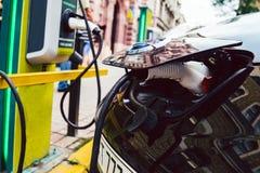 Zamyka up źródło zasilania czopujący w elektrycznego samochód fotografia stock