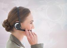 Zamyka up agent biura podróży z słuchawki przeciw białej mapie Fotografia Royalty Free