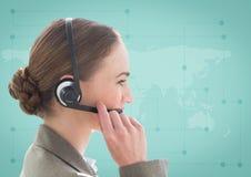 Zamyka up agent biura podróży z słuchawki przeciw zielonej mapie Fotografia Royalty Free