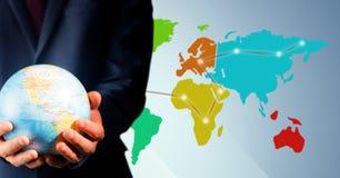 Zamyka up agenta biura podróży mienia kula ziemska przeciw mapie z światłami Zdjęcia Royalty Free