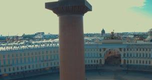 Zamyka up Aleksander kolumna, budujący między 1830 i 1834 na pałac kwadracie w St Petersburg, Rosja zbiory wideo