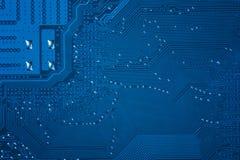Zamyka up błękitna obwodu komputeru płyta główna tła binary koduje informatykę obraz stock