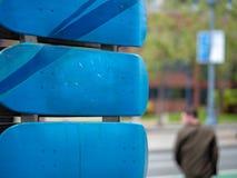 Zamyka up błękitni deskorolka pokłada wspinający się z mężczyzna chodzącym daleko od fotografia stock