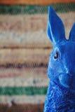 Zamyka up błękitny królika Easter królika zerkanie w ramę Fotografia Stock