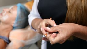 Zamyka up beautician przygotowywa syrynge dla injectional procedury Ręki trzyma strzykawkę lekarka 4K zbiory