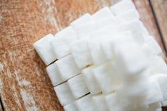 Zamyka up białego cukieru ostrosłup na drewnianym stole Obrazy Royalty Free