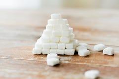 Zamyka up białego cukieru ostrosłup na drewnianym stole Fotografia Royalty Free
