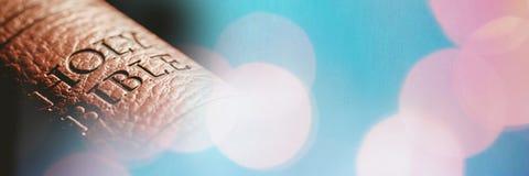 Zamyka up biblii błękita i kręgosłupa bokeh różowa przemiana Obraz Royalty Free