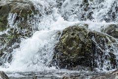 Zamyka up Bieżąca woda na niektóre skalistym strumieniu obraz royalty free