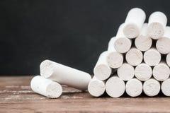 Zamyka up biel kreda na drewnianym biurku zdjęcie stock