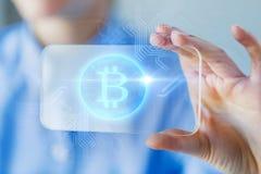 Zamyka up bitcoin na przejrzystym smartphone fotografia royalty free