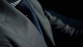 Zamyka up biznesmen jedzie samochód w formalnym kostiumu zapas Przystojny młodego człowieka obsiadanie przy kołem samochód Facetó zdjęcie stock