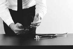 zamyka up biznesmen pracuje z mądrze telefonem na drewnianym biurku obrazy royalty free
