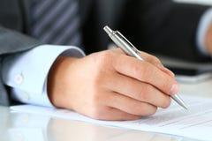 Zamyka up biznesmen ręki podpisuje dokumenty Zdjęcia Stock