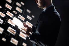 Zamyka up biznesmen z przejrzystym pastylka komputerem osobistym Fotografia Stock