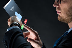 Zamyka up biznesmen z smartwatch Zdjęcia Royalty Free