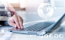Zamyka up biznesowy mężczyzna pisać na maszynie na laptopie obraz stock