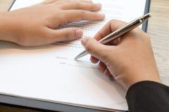 Zamyka up bizneswoman podpisuje kontrakt zdjęcie royalty free