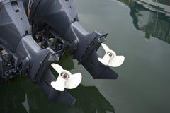 Zamyka Up Bliźniaczy Outboard silników śmigła zdjęcie stock