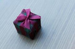 Zamyka up boże narodzenie prezenta pudełko z starymi drewnianymi stołowymi tło fotografia stock
