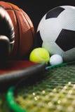 Zamyka up bokserskie rękawiczki i koszykówek futbolowe tenisowe piłki golfowe dysk i Zdjęcie Stock