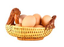 Zamyka up brown jajka w koszu pudełko łamający kurczaka jajka wśrodku yolk Świezi jajka na białym tle Obraz Stock