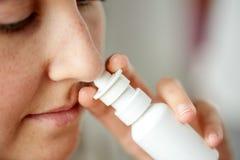 Zamyka up chora kobieta używa nosową kiść zdjęcia royalty free