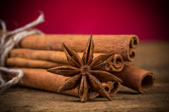 Zamyka up cynamonowi kije i gwiazdowy anyż na drewnie Zdjęcia Royalty Free