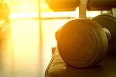 Zamyka up czarni dumbbells na sprawności fizycznej centrum zdjęcia royalty free