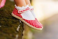 Zamyka up czerwoni polki kropki buty Zdjęcie Stock