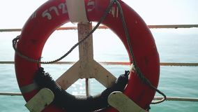 Zamyka up czerwony życia boja nad błękita spokoju wody morskiej tłem Czas rzeczywisty w zwolnionym tempie 1920x1080 zbiory